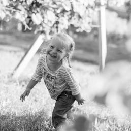 Herbstliches Fotoshooting mit lachendem Mädchen