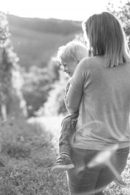 Mama hält Sohn im Arm bei Fotoshooting
