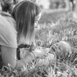 Mama kitzelt Tochter bei Fotoshooting
