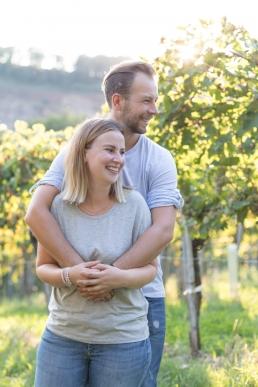 Herbstliches Fotoshooting Eltern Arm in Arm