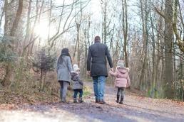 Familie Hand in Hand bei Familienshooting in Graz