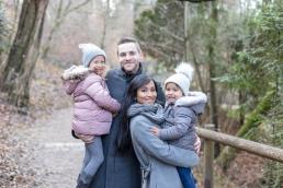 Papa, Mama mit zwei Töchtern bei Familienshooting in Graz