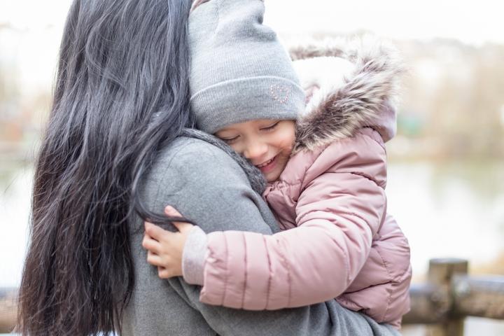 Mama und Tochter bei Familienshooting im Freien