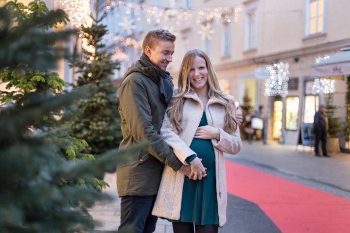 Weihnachtliches Babybauch Shooting am Adventmarkt