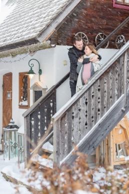 babybauch shooting im winter mit viel schnee