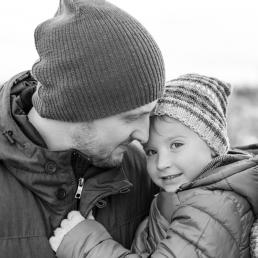 Vater und Sohn bei Fotoshooting am Schlossberg in Graz