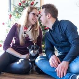 verliebtes Pärchen bei Fotoshooting im eigenen Zuhause