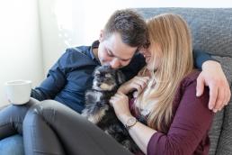 Pärchenfotos mit Hund im eigenen Zuhause als Homestory