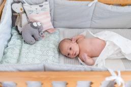 natürliche Babyfotos - schlafen im Gitterbett