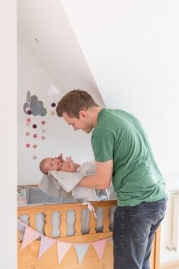 natürliche Babyfotos - Papa mit Baby im Arm