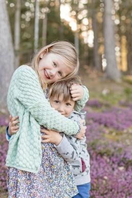 familienshooting im violetten blütenmeer
